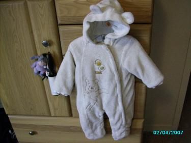 Winnie the pooh White Snow suit (12 months), london